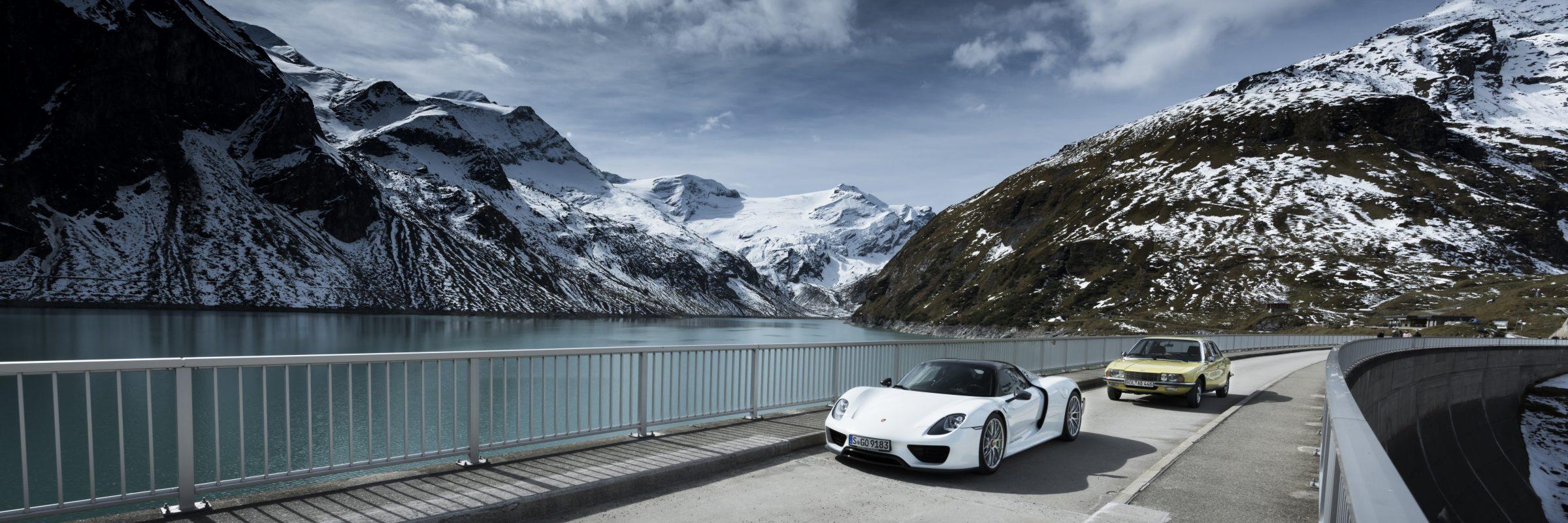 Werbeaufnahme für die EdelweissClassic 2019. Der Porsche 918 und der R080 wurden auf der Staumauer in Kaprun fotografiert. Beide Fahrzeuge verbindet der Versuch eine komplett neue Antriebstechnik zu etablieren. Im Falle des Ro80 geschah dies vor genau 50 Jahren.