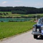 EdelweißClassic 2014 | Die EdelweißClassic 2014 führte die Teilnehmer mit den tollen Oldtimern über etliche verschlungene Nebenstraßen. Hier ein Mercedes 280 SE Coupe oberhalb des Mattsee in Österreich.