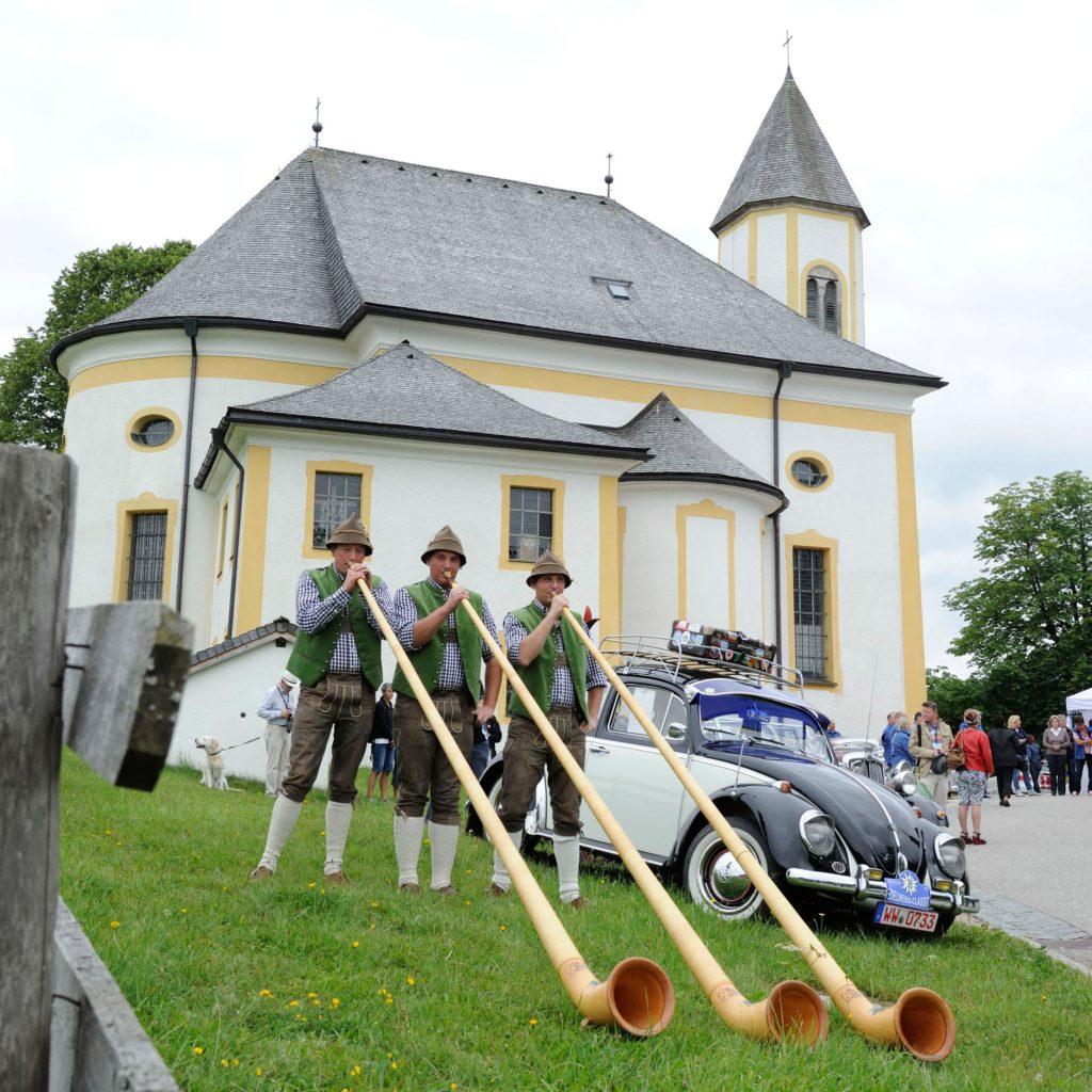 EdelweißClassic 2014 | Abschied mit Alphorn. Der Traum vom Autofahren mit Herz endete mit uriger Musikbegleitung unterhalb der Wallfahrtskirche Ettenberg am Sonntag, den 29. Juni 2014.