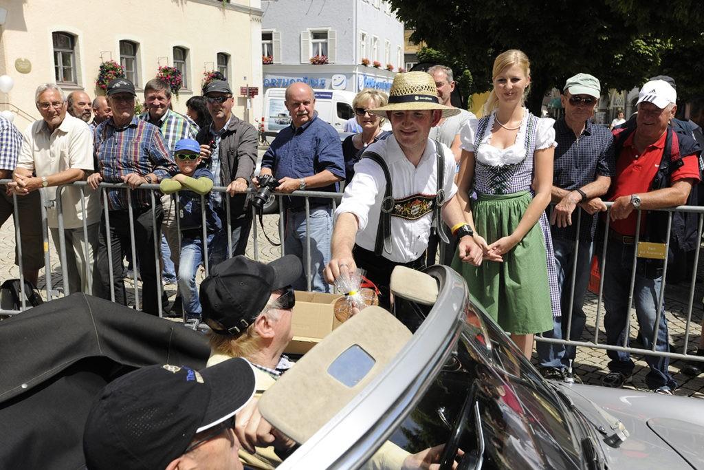 EdelweißClassic 2014 | Charmante Grüße durch Betreuer und Betreute auf dem Rathausplatz in Bad Reichenhall.