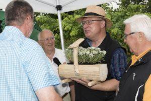In Anwesenheit von Oswald Lerach und Eberhard Novak überreicht Joachim Althammer dem scheidenden Geschäftsführer Hermann Seeböck ein Geschenk.
