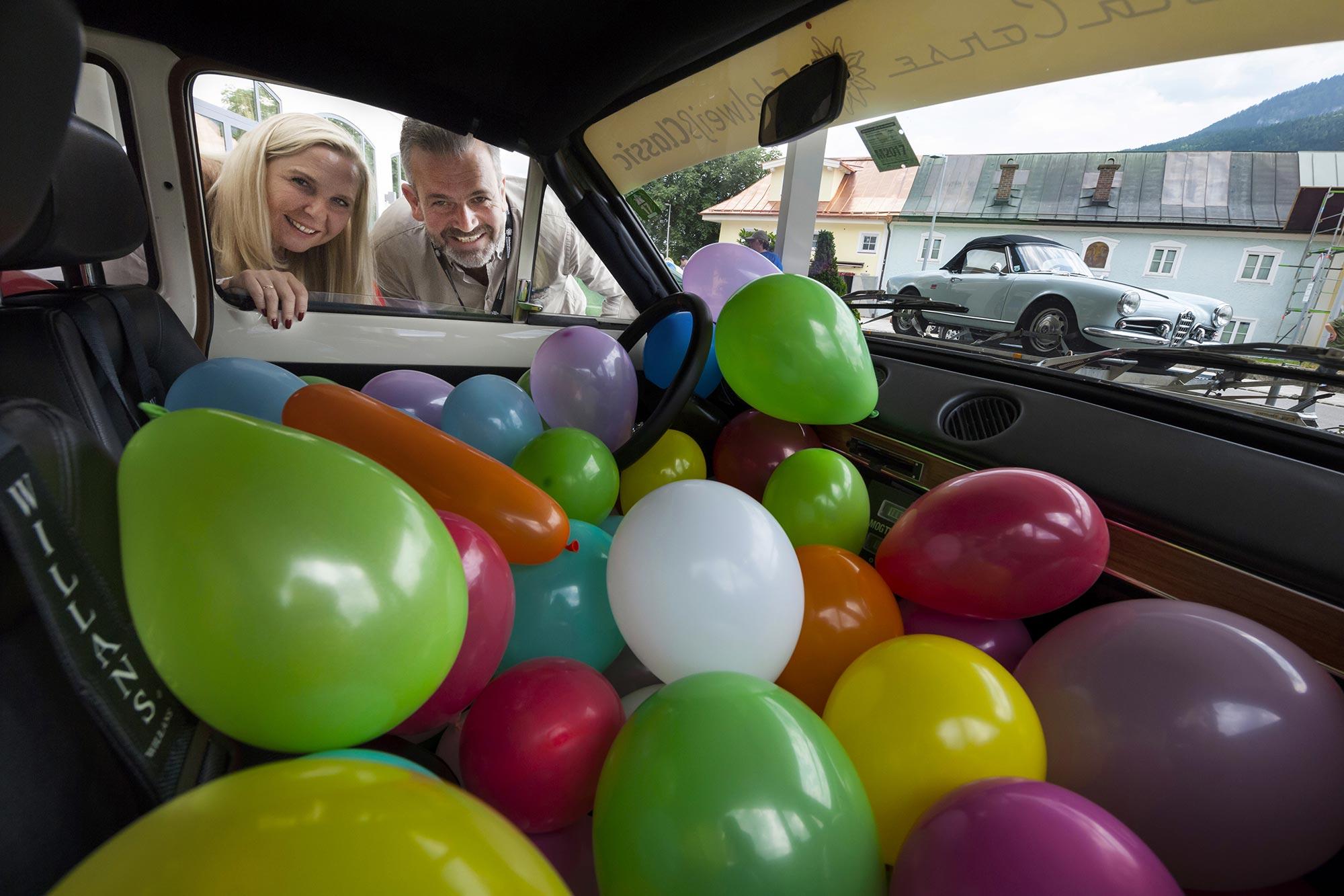 Eine schwierige Frage! Wieviel Ballons sind in diesem Auto?