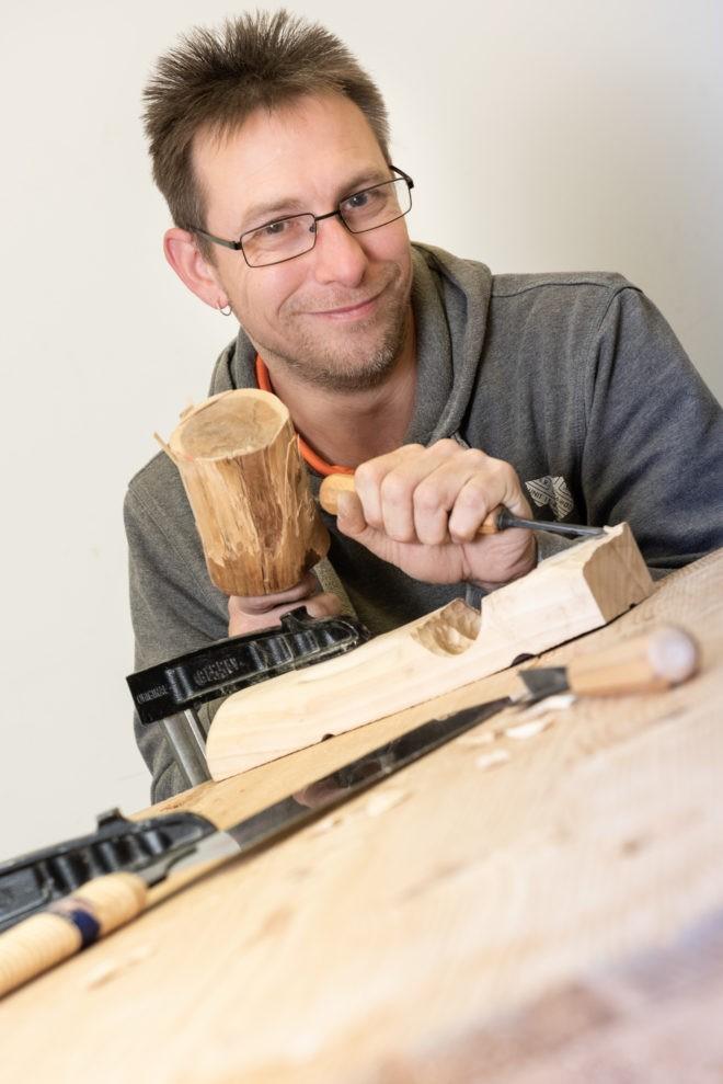 EdelweißClassic | Ralf Schultheis beim Holz bearbeiten in den Pidinger Werkstätten